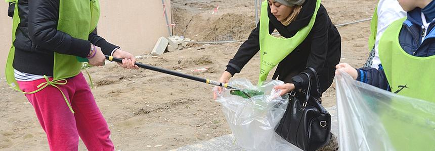 Opération Ville Propre : « Des enfants ramassent les déchets dans la ville ».