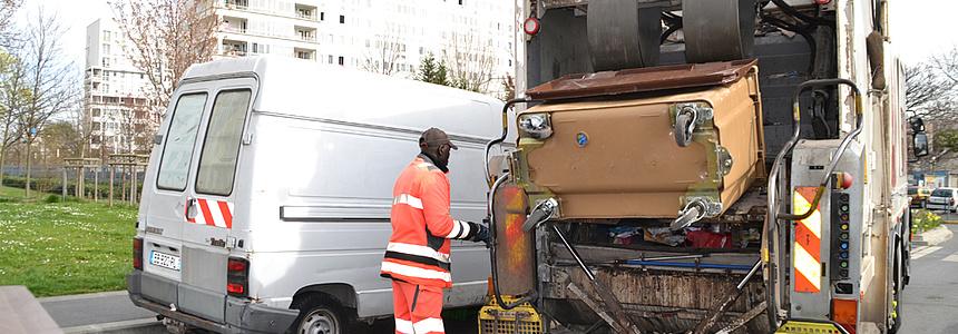 Ramassage des déchets ménagers avec une benne à ordure.